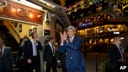 U.S. Secretary of State John Kerry returns a warm greeting from a crowd as he leaves the Foreign Correspondents Club Restaurant in Phnom Penh, Cambodia, Monday, Jan. 25, 2016. Kerry is in Cambodia on the fourth leg of his latest round-the-world diplomatic mission, which will also take him to China. (AP Photo/Jacquelyn Martin, Pool)
