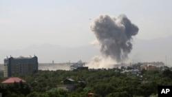Savunma Bakanlığı yakınlarındaki şiddetli patlamanın ardından yükselen dumanlar şehrin değişik noktalarında da görüldü.