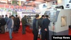 중국 랴오닝성 단둥에서 '2013 중·조(북한) 경제무역문화관광박람회'가 개최됐다고 조선중앙 통신이 지난 11일 보도했다. 사진은 조선련하기계 합영회사 전시관.