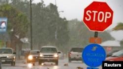 Inundaciones leves en Gulfport, Florida, tras el paso de la tormenta tropical Andrea, que ahora se desplaza sobre la costa este de Estados Unidos.