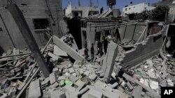 巴勒斯坦人檢查被摧毀的房屋廢墟