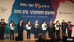 8일에 서울에서 열린 민주평통 2015 운영,상임위원회 합동회의에서 분과위원들이 '8천만 통일의 노래'를 합창하고 있다.