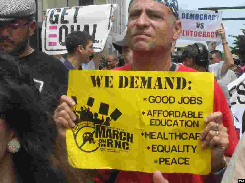 یکی از اعضای جنبش اشغال که علیه مجمع ملی حزب جمهوری خواه شعار می دهد. 27 اوت 2012