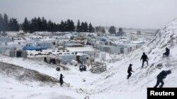 Kamp pengungsi Suriah di kota Zahle, lembah Bekaa, Lebanon (11/12). (Reuters/Mohamed Azakir)