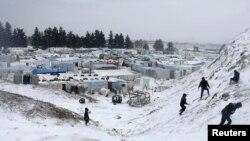 敘利亞難民2013年12月11日在黎巴嫩的難民營玩雪。權益組織說,已經有年幼的孩子被凍死。
