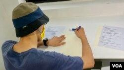 香港市民阿迪參觀反送中運動兩周年義賣活動之後,寫下自己的心聲。(美國之音 湯惠芸拍攝)
