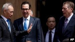 Wakil PM China PM Liu He (kiri) yang memimpin delegasi China dalam perundingan dagang dengan para pejabat AS saat meninggalkan Washington DC tanpa kesepakatan, Jumat (10/5).