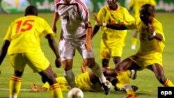 Les joueurs béninois, Chitou Charafm, à gauche, Corea Jaures, deuxieme à gauche et Seka.G.Noel tentent de stopper l'égyptien Ahmed Hossam, au centre, lors d'un match des éliminatoires de la Coupe du Monde de la FIFA au Caire, 04 septembre 2005. epa / KHAL