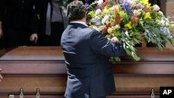 Familiares piden 25 mil dólares de indemnización y señalan que la funeraria demoró hasta cinco horas en preparar nuevamente al cadáver correcto.
