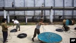 10일 북한 함흥의 비료 공장에서 일하는 근로자들.