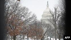 واشنگٹن ڈی سی میں کانگریس کی عمارت کے باہر حالیہ موسم کی پہلی برف باری کے بعد کا منظر