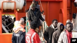 船民獲救後抵達意大利蘭佩杜薩港,走下拖輪。(2015年2月16日)