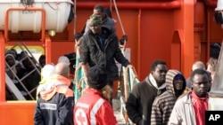 船民获救后抵达意大利兰佩杜萨港,走下拖轮。(2015年2月16日)