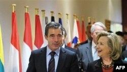 Ngoại trưởng Mỹ Hillary Rodham Clinton (phải) và Tổng thư ký NATO Anders Fogh Rasmussen sau cuộc họp trụ sở của NATO ở Brussels, ngày 14/10/2010
