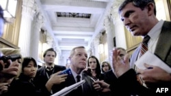 Сенатор-демократ Ричард Дербин дает комментарии журналистам