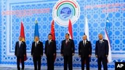 参加上合峰会的(从左向右)吉尔吉斯斯坦、哈萨克斯坦、中国、塔吉克斯坦、俄罗斯和乌兹别克斯坦等六国的元首