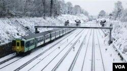 Salju yang menyelimuti kota Croydon, London selatan mengganggu transportasi kereta api di Inggris.
