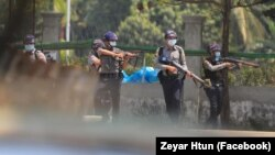 ေျမာက္ဥကၠလာ ကန္သာယာအနီး ေတြ႔ရတဲ့ ရဲမ်ား။ (ဓာတ္ပံု - Zeyar Htun - မတ္ ၁၀၊ ၂၀၂၁)