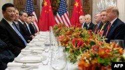 Presiden China Xi Jinping dan delegasi China (kiri) melakukan pembicaraan dengan Presiden Donald Trump dan delegasi AS di sela KTT G20 di Buenos Aires, 1 Desember 2018 lalu.