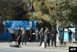 Polisi memperketat penjagaan di depan pintu masuk Universitas Kabul di Kabul, Afghanistan, 2 November 2020.