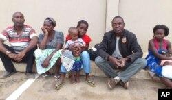 Correspondente da VOA (2º à direita) com a família de Alves Kamulingue, incluindo a sua mãe, a esposa, Elisa, o filho de 2 anos, um primo e Tetê, esposa de Isaías Sebastião Cassule, raptado entretanto no Cazenga.