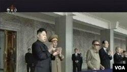 Mendiang Kim Jong-Il (ketiga dari kanan) dan putera bungsunya Kim Jong-un (kiri) menyaksikan parade militer di Pyongyang (9 September 2011).