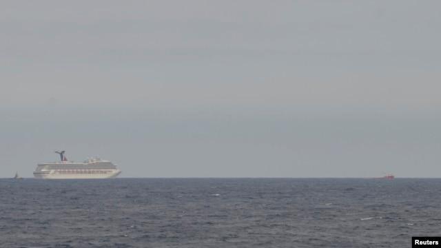 Observar el crucero a la distancia ha dado tranquilidad a los familiares de los más de cuatro mil pasajeros de la enorme embarcación.