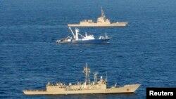 دو کشتی جنگی در اقیانوس هند.