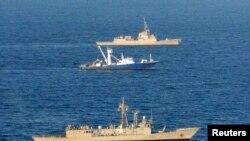 Un bateau de pêche au thon espagnol accompagné de deux navires de guerre espagnols dans l'océan Indien après avoir été libéré par les pirates somaliens le 17 novembre 2009. (REUTERS/Spanish Defence Ministry)
