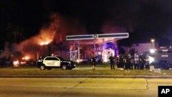 Los bomberos no pudieron ayudar a extinguir el fuego iniciado por los manifestantes en una gasolinera, debido a que se oían disparos en la zona en ese momento.