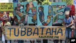 Para aktivis lingkungan melakukan unjuk rasa memrotes perusakan lingkungan di kawasan terumbu karang Tubbataha (foto: dok).