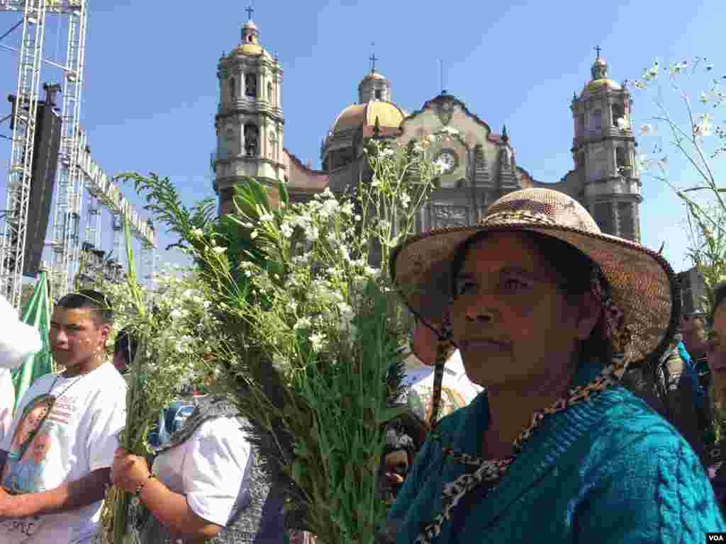 Women drop off flowers at the Basilica of Our Lady of Guadalupe ahead of the papal visit, Mexico City. (C. Mendoza/VOA)