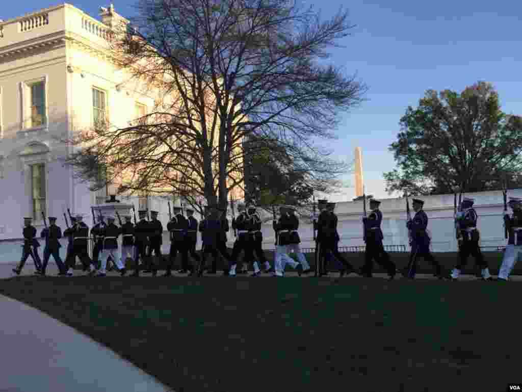 黄昏中,美国杖仪队走向白宫正门。(美国之音张蓉湘拍摄)