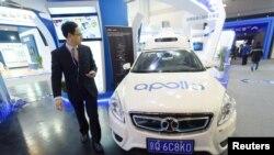 Un homme passe devant une voiture autonome Baidu Apollo exposée lors d'une exposition sur le transport intelligent à Hangzhou, dans la province du Zhejiang (Chine), le 21 décembre 2018.