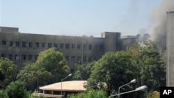 26일 연쇄 폭탄 공격으로 연기가 피어오르는 시리아 다마스쿠스의 군 사령부 건물. 시리아 관영 '사나' 제공 영상.