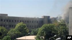 受襲軍事大樓冒出濃煙
