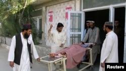 پاک افغان فوسرز کے درمیان ہونے والی گولہ باری سے زخمی ہونے والے ایک بچے کو اس کے رشتہ دار اسپتال لے جا رہے ہیں