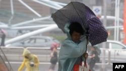 新北市一名婦女的雨傘被強風吹起