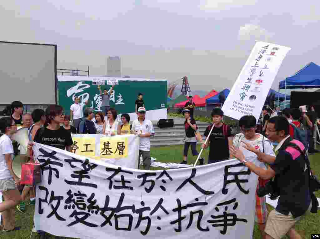 香港学联大专界罢课星期三继续在添马公园举行(美国之音图片/海彦拍摄)