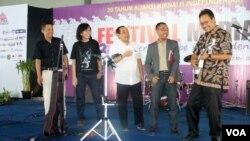 Wakil Gubernur Jawa Timur Saifullah Yusuf (kanan) memetik gitar untuk membuka Festival Media AJI di Surabaya, Jumat, 16 Mei 2014 (VOA/Petrus Riski)