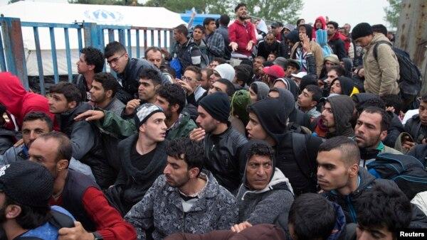 Di dân chờ đợi ở trước một trại đăng ký cho người di cư tại Opatovac, Croatia, ngày 22/9/2015.
