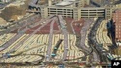 صدها هزار زائر از سراسر جهان در مسیرهای مشخص در حال حرکت به سمت منا در حومه شهر مکه، برای برگزاری رمی جمرات هستند - ۲ مهر ۱۳۹۴