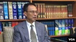 台湾外交部西亚及非洲司司长陈俊贤向媒体说明此次事件(美国之音易林拍摄)