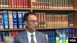 台灣外交部西亞及非洲司司長陳俊賢向媒體說明此次事件(美國之音易林拍攝)
