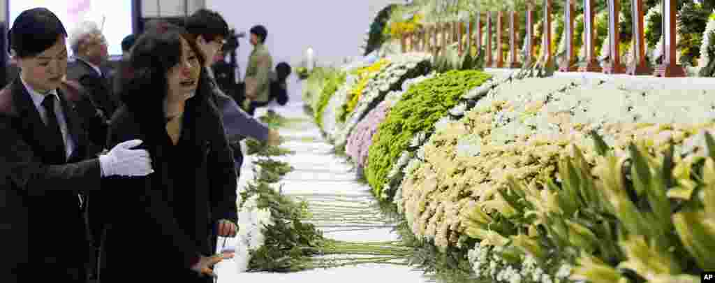 A mourner weeps as she pays tribute to the victims of the sunken ferry Sewol, at a gymnasium in Ansan, South Korea, April 23, 2014.