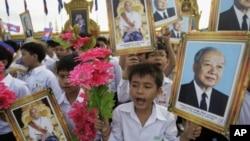 柬埔寨学生在国庆节手举前国王诺罗敦·西哈努克画像(资料照)