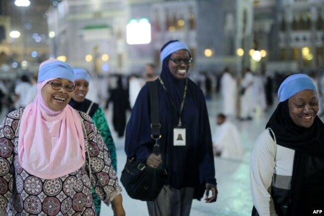 Jemaah haji dari Amerika Serikat, Zainab Nasir (kiri), Shahidah Sharif, Jamila Rashid (kedua dari kiri), dan seorang teman berjalan di Masjidil Haram sebelum mengelilingi Ka'bah untuk menjalankan ibadah haji, 21 September 2015. (Foto: AP)