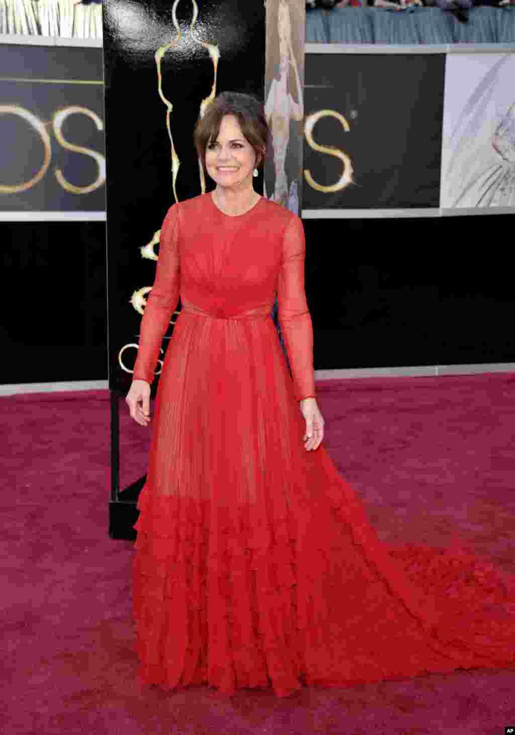 سالی فیلد، نامزد دریافت اسکار بهترین بازی نقش مکمل زن برای ایفای نقش در فیلم لینکلن. خانم فیلد نقش همسر رییس جمهوری پیشین آمریکا (ابراهام لینکلن) را بازی کرد.