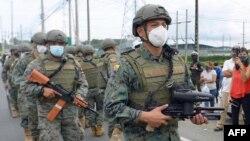 Para petugas Pasukan Marinir Ekuador berpatroli di luar Liberty Center di Guayaquil, Ekuador, untuk meredam huru-hara, Selasa, 23 Februari 2021.