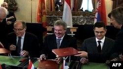Ministri spoljnih poslova Crne Gore, Milan Roćen (levo), Luksemburga, Žan Aselborn i Srbije, Vuk Jeremić potpisuju Protokol o saradnji Luksemburga, Srbije i Crne Gore o transferu sistema Beleks Fiks, 21. decembar 2010.